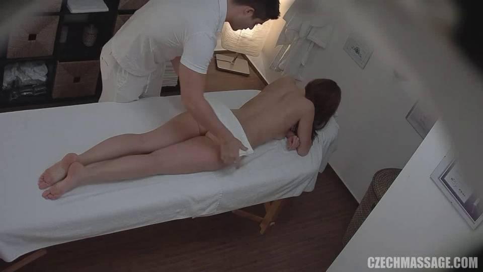 Девушка пожелала массаж киски
