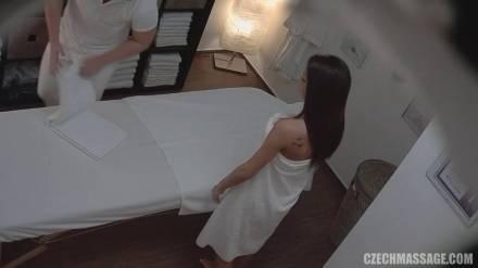 Парень делает сексуальной красотке эротический массаж и ебет ее в задницу