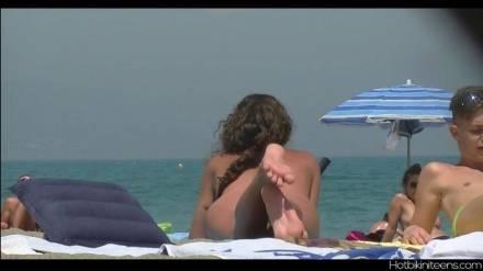 Скрытой камерой снимает нудистский пляж