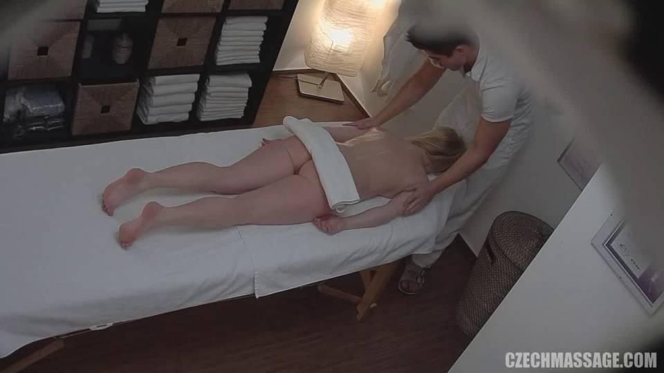 Блондинку ебут на скрытую камеру