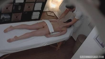 Массажист извращенец из Чехии вновь принимает пациентку