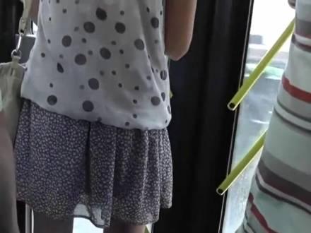 Извращенный незнакомец снял упругую попку беловолосой шлюшки на камеру в общественном транспорте