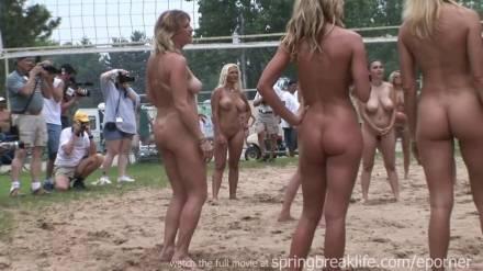 Девчонки устроили обнаженный волейбол на пляже
