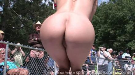 Голые танцы на публике