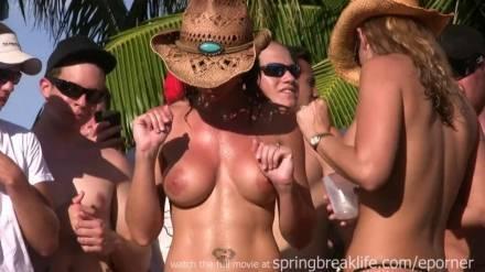 Развратные домохозяйки танцуют на вечеринке при людно обнажив свои упругие сиськи
