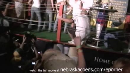 Много голых, развратных девушек и женщин на сцене весёлого фестиваля в США