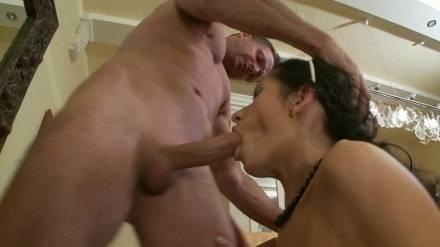 Худая чикса напрашивается на жесткую сексуальную порку
