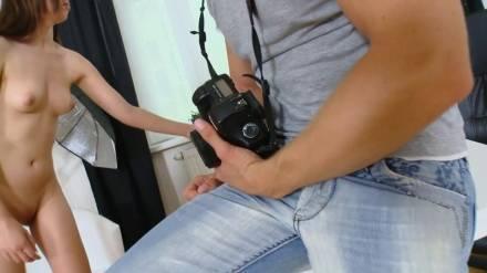 Фотограф страстно трахает темноволосую фото модель в рот и упругую попку на столе