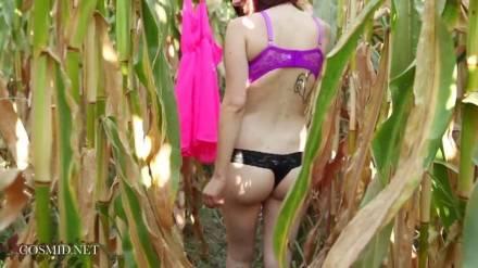 Стриптиз с сисястой девушкой в кукурузном поле