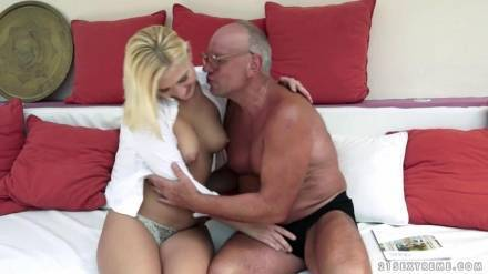 Старик трахает шикарную даму в разных позах