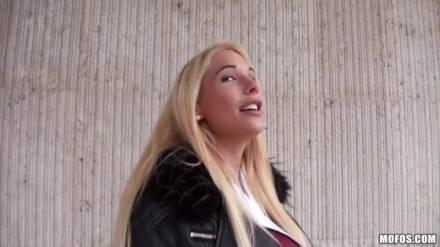 Блондинка сосет член и сочно сношается с бойфрендом