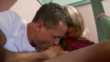 Взрослый мужик жестко разрывает бритую киску молодой блондинки