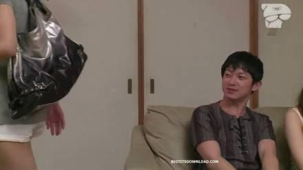 Азиатка с большими сиськами соблазняет парня