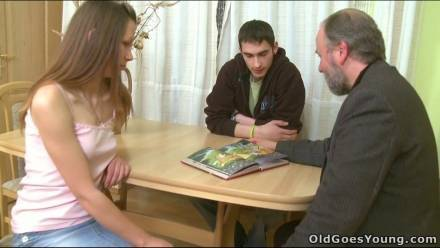 Старый мужик трахает милую студентку на глазах ее парня