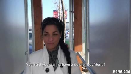 Иностранец развёл темноволосую девушку на секс за деньги