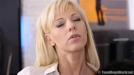Игривая милашка эротично раздевается перед трахарем и возбуждает его аппетитным телом