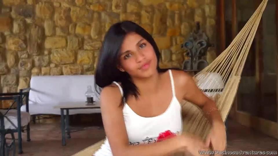 Стеснительная латиноамериканка улыбается и показывает сиськи на камеру