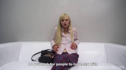Застенчивая блондинка на собеседовании раскрывает свой эротический потенциал и делает незнакомцу отсос