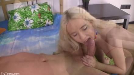 Развратная блондинка делает минет любовнику и принимает член в анус стоя рачком