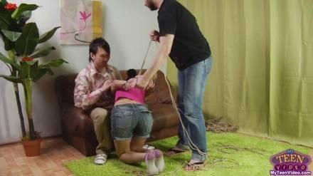 Парни связывают темноволосую студентку веревкой и трахают ей в дырочки своими болтами на диване