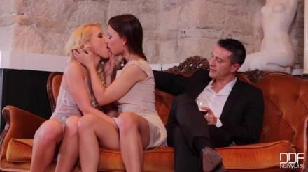 Блондинка на шесте возбуждает пару и занимается с ними в клубе не диване оральным сексом