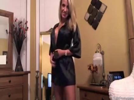 Стервозная блондинка массирует своё влагалище вибратором и садится на дилдо перед веб-камерой